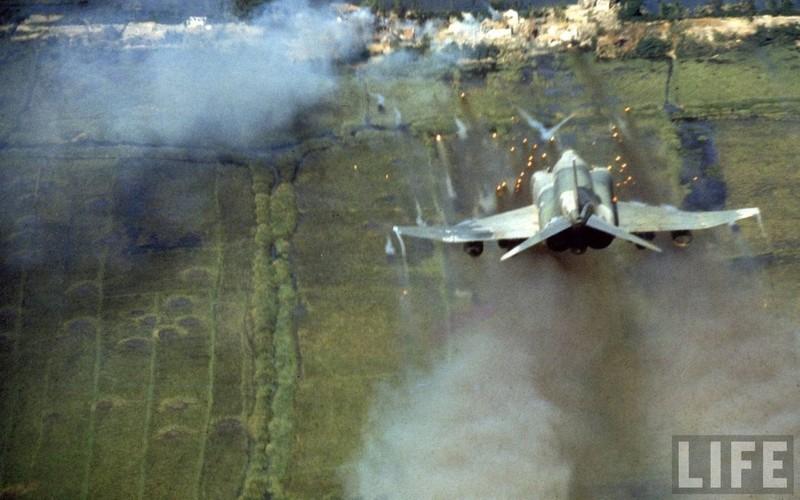 May bay F-4 My tham chien o Viet Nam vi sao khong co phao?-Hinh-10