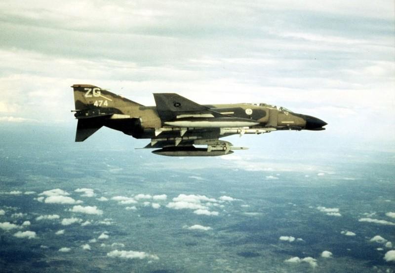 May bay F-4 My tham chien o Viet Nam vi sao khong co phao?-Hinh-14