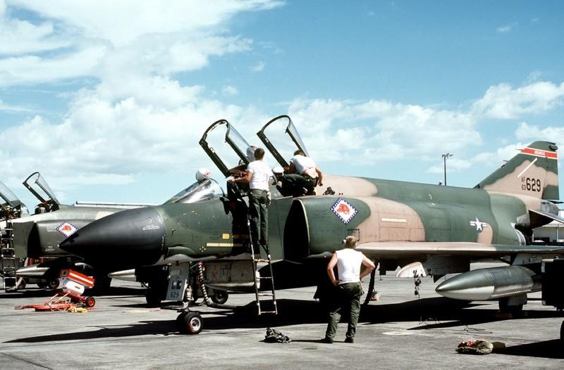 May bay F-4 My tham chien o Viet Nam vi sao khong co phao?-Hinh-7
