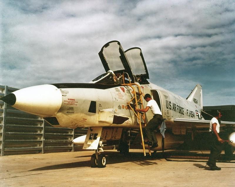 May bay F-4 My tham chien o Viet Nam vi sao khong co phao?