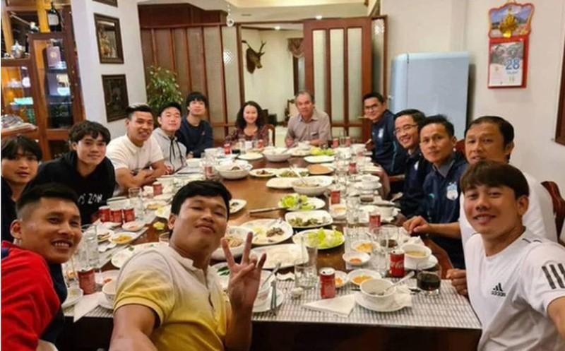 Con gai kin tieng cua bau Duc: Sang Singapore tu 11 tuoi