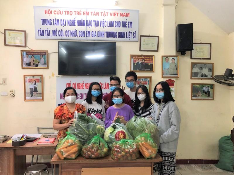 Hoc sinh Ha Noi mang nong san giai cuu tang nguoi ngheo