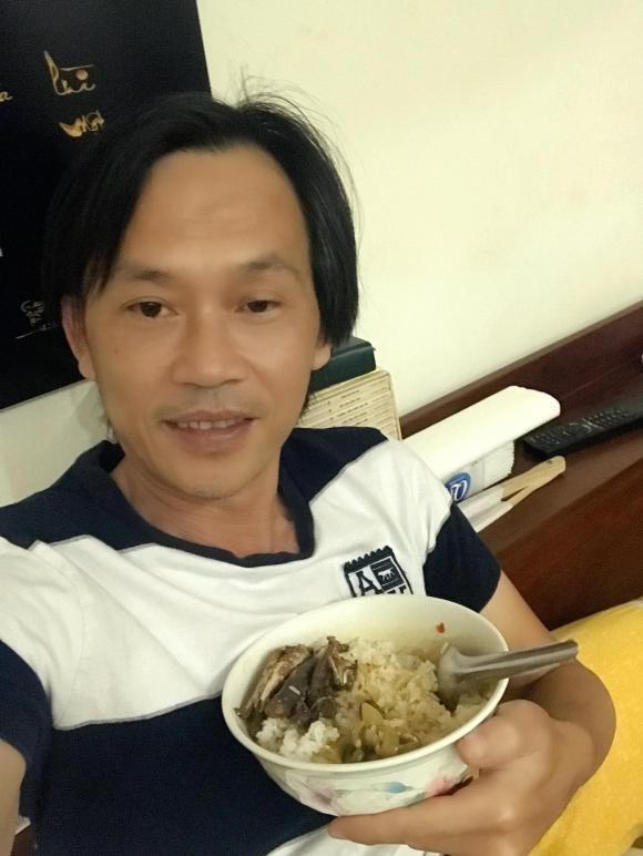 Danh hai Hoai Linh dang anh mac vest banh bao-Hinh-2