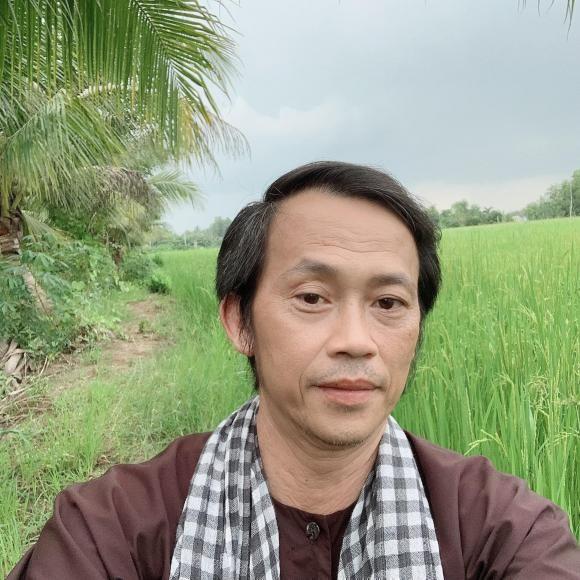 Danh hai Hoai Linh dang anh mac vest banh bao-Hinh-3