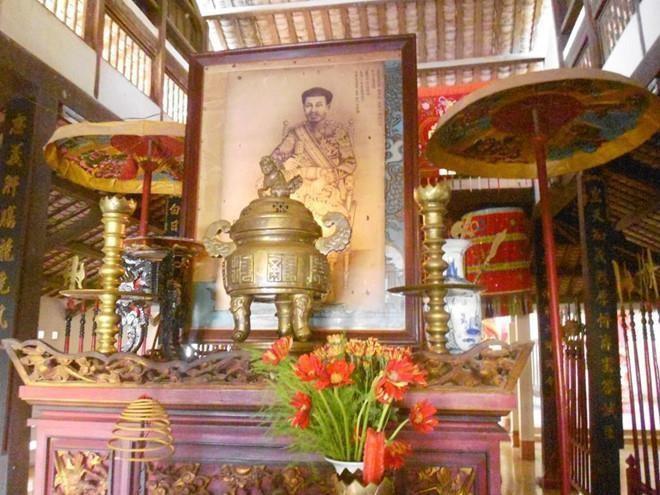 Ho tuong trung nghia tung lay chan lam goi cho vua ngu la ai?