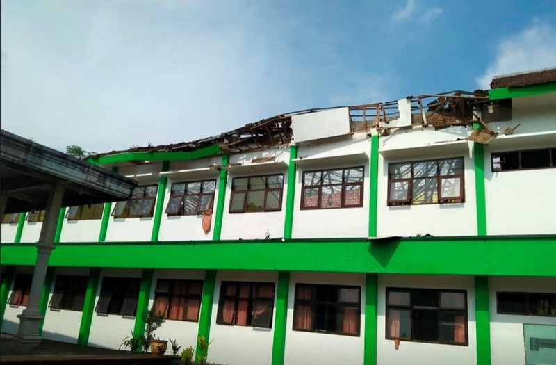 Dong dat o Indonesia khien hang tram ngoi nha bi tan pha-Hinh-2