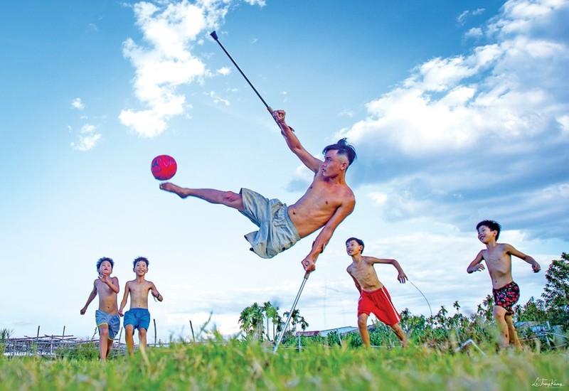 Luong Phi va hanh trinh mot chan