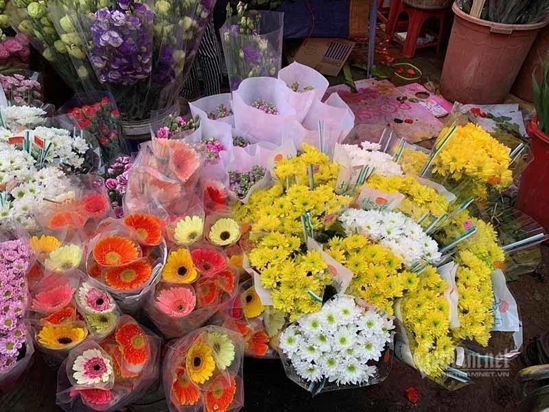 Phat hoang di cho 29 Tet, hoa tuoi tang gia gap 3 lan