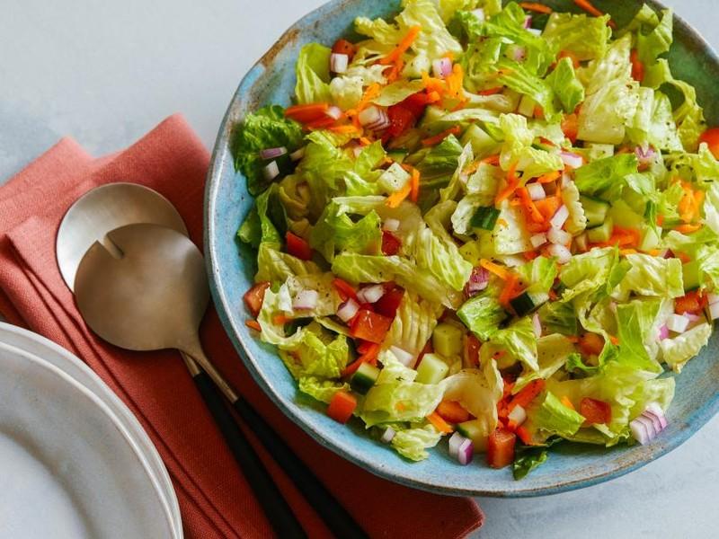 Thuong xuyen an salad de giam can, nu sinh di cap cuu vi mot sai lam