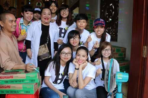 NSND Ngoc Giau cung Pham Huong khoac blouse trang lam tu thien-Hinh-2