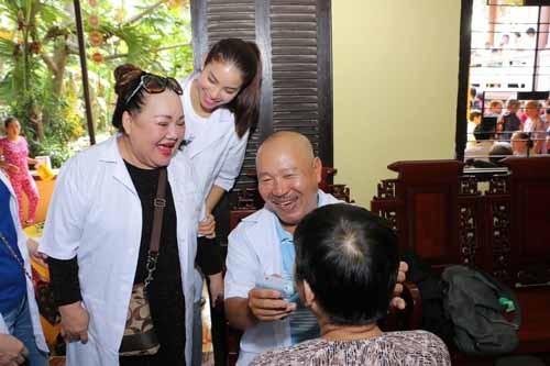 NSND Ngoc Giau cung Pham Huong khoac blouse trang lam tu thien-Hinh-3