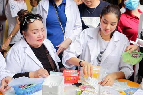 NSND Ngoc Giau cung Pham Huong khoac blouse trang lam tu thien-Hinh-4