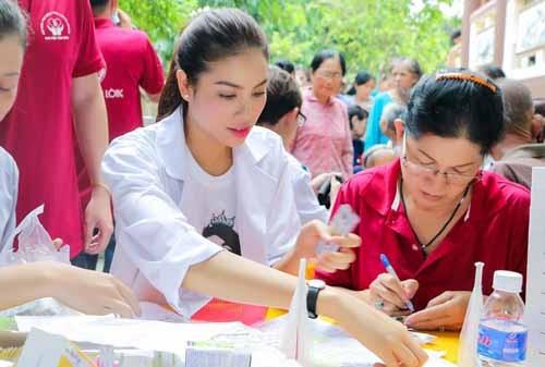 NSND Ngoc Giau cung Pham Huong khoac blouse trang lam tu thien-Hinh-5