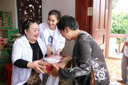 NSND Ngoc Giau cung Pham Huong khoac blouse trang lam tu thien-Hinh-6