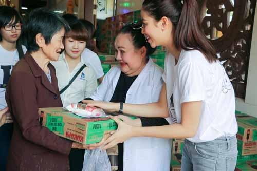 NSND Ngoc Giau cung Pham Huong khoac blouse trang lam tu thien-Hinh-7