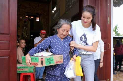 NSND Ngoc Giau cung Pham Huong khoac blouse trang lam tu thien-Hinh-8