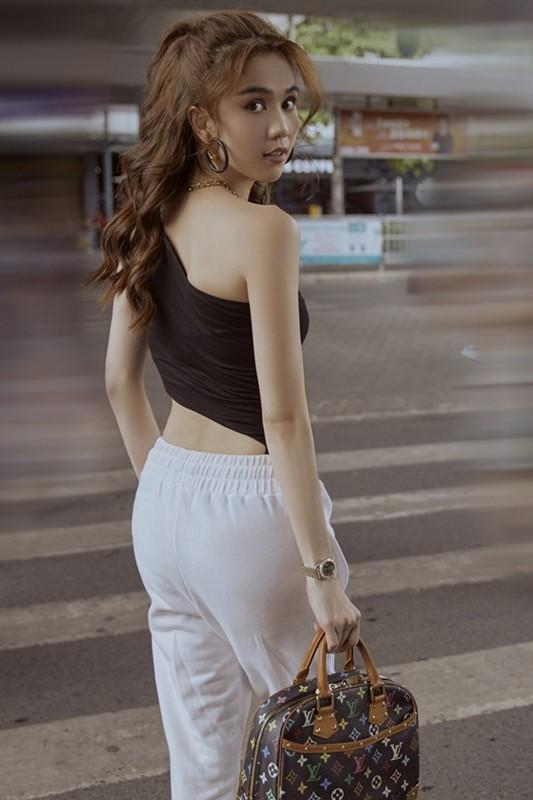 Thoi trang san bay cat xe lat leo, Ngoc Trinh khoe eo thon nguc day-Hinh-3