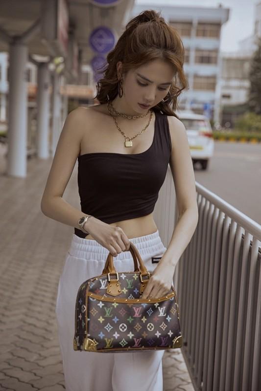 Thoi trang san bay cat xe lat leo, Ngoc Trinh khoe eo thon nguc day-Hinh-4