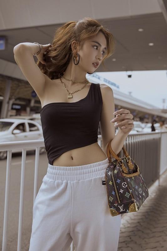 Thoi trang san bay cat xe lat leo, Ngoc Trinh khoe eo thon nguc day-Hinh-7