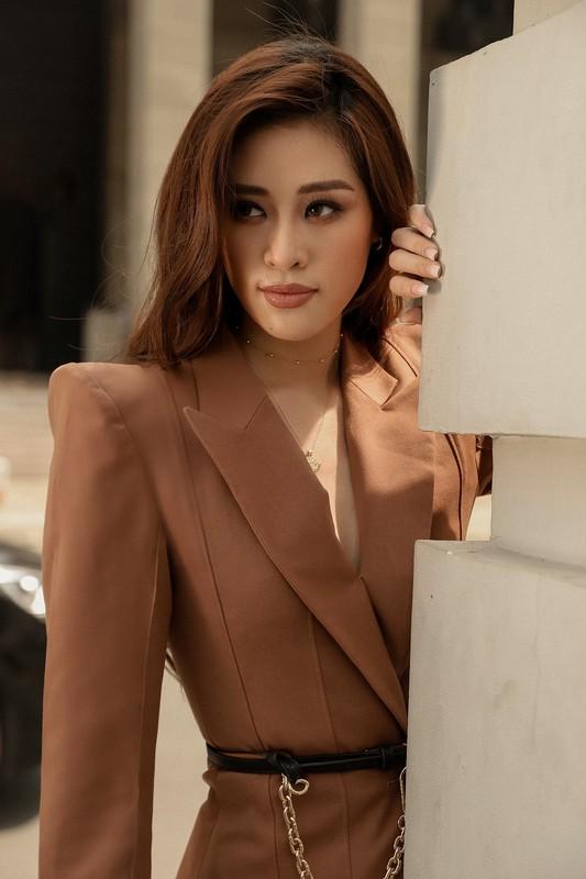 Hoa hau Khanh Van sang chanh voi trang phuc tone tram ca tinh-Hinh-4