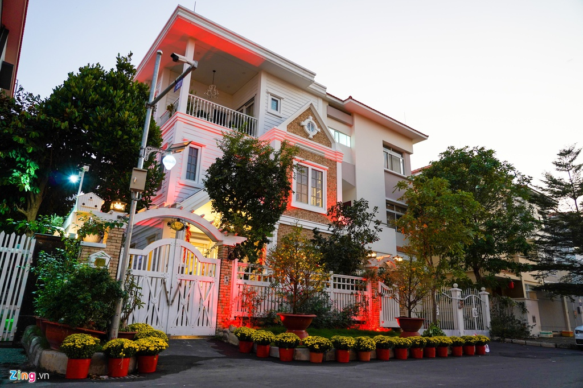 Canh trang hoang don Tet tai pho nha giau TP HCM