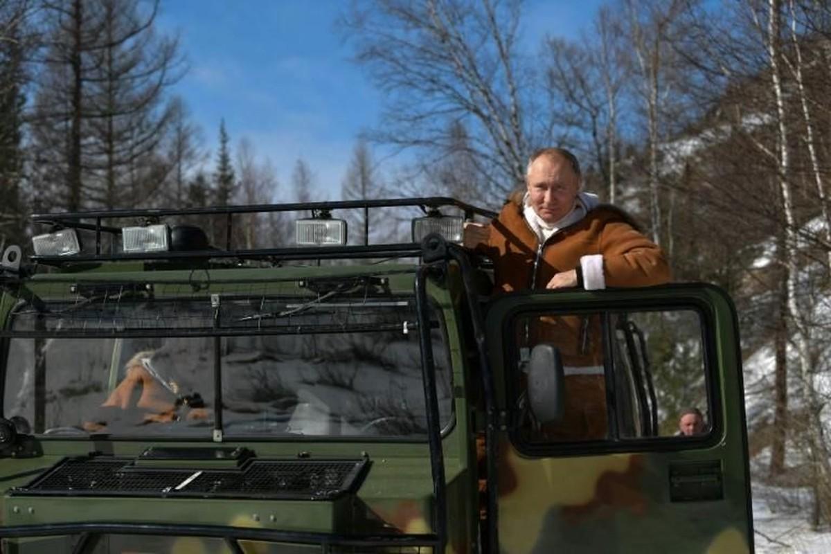 Hinh anh Tong thong Nga Putin tu lai xe dia hinh bang rung-Hinh-9