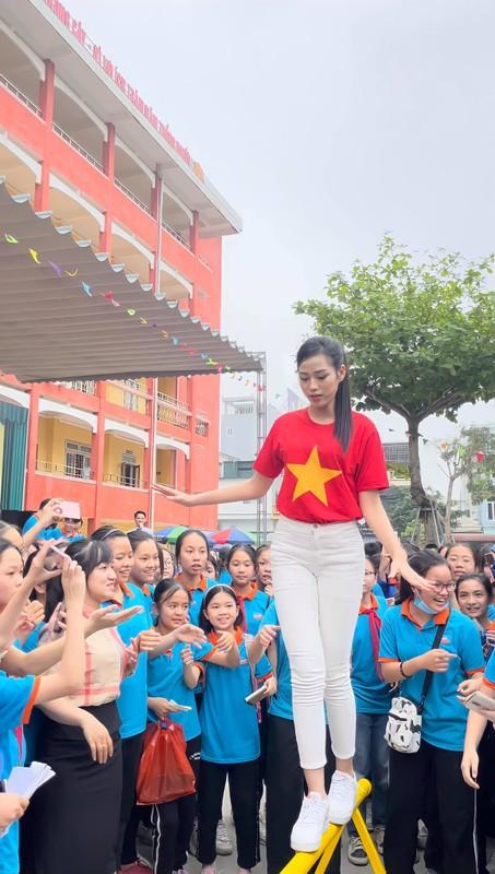 """Mac gian di, Hoa hau Do Thi Ha van xinh """"het phan thien ha""""-Hinh-2"""