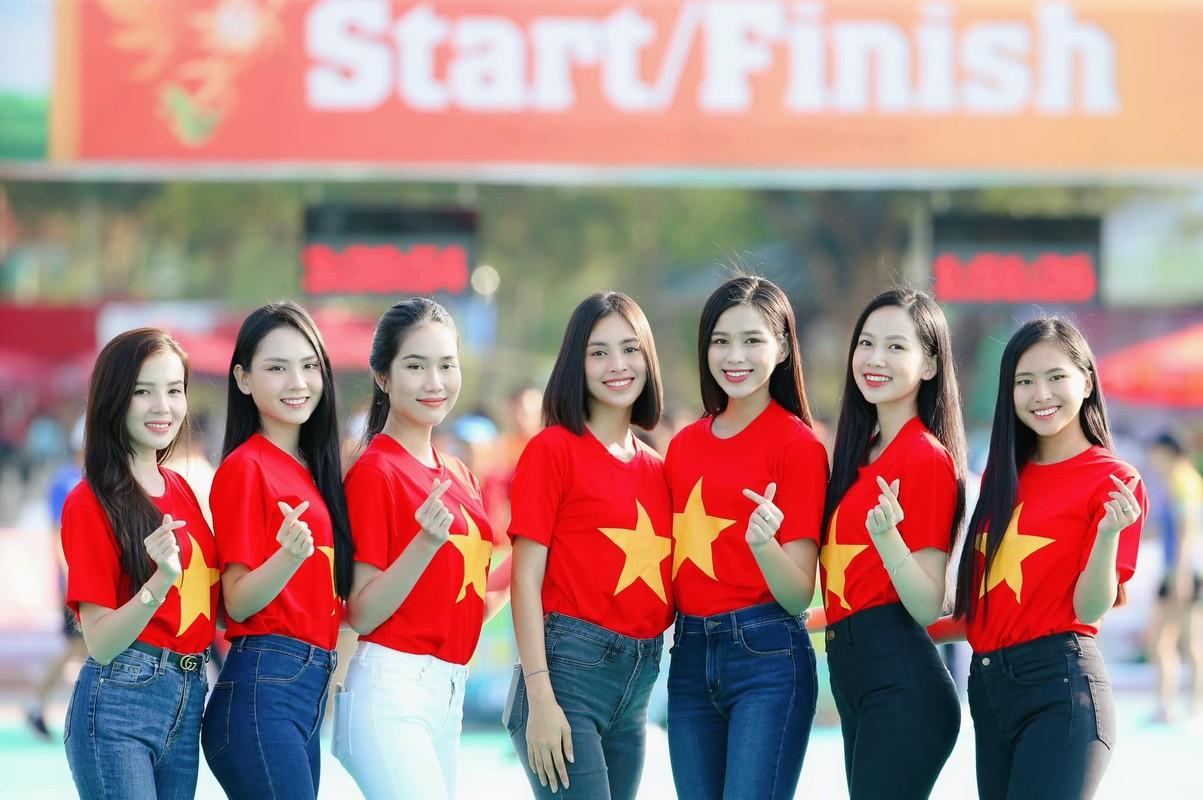 """Mac gian di, Hoa hau Do Thi Ha van xinh """"het phan thien ha""""-Hinh-3"""