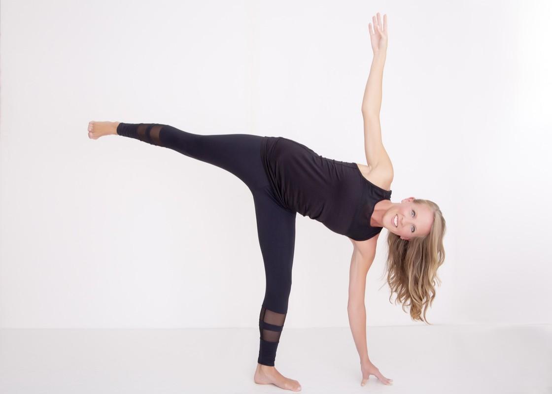 Chi em tap ngay tu the yoga nay de ngua loang xuong-Hinh-4
