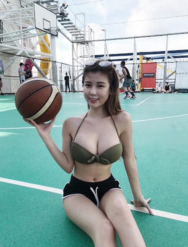 "Mac lo tren san tap, hotgirl khoe body sexy ""nhuc mat""-Hinh-12"