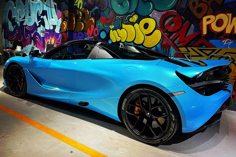 McLaren 720S Spider is more than 20 years old in the middle of the village