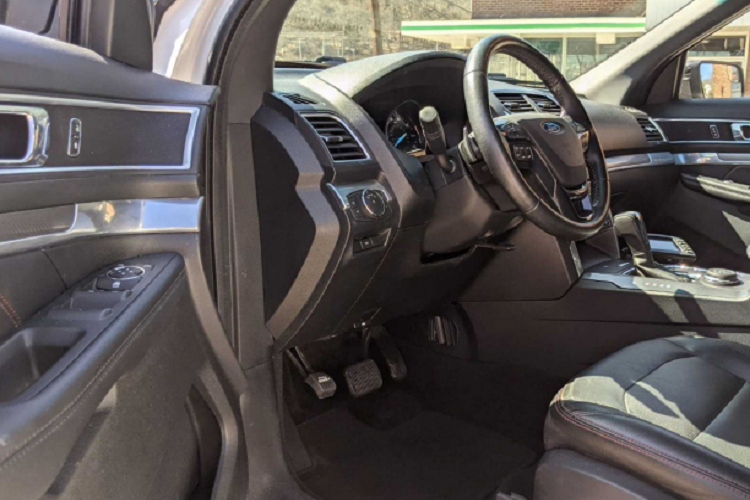 Ford Explorer is a super luxury limousine, offering more than 1.37 billion dong-Hinh-6