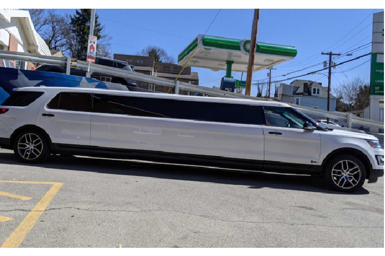Ford Explorer is a super luxury limousine, offering more than 1.37 billion dong-Hinh-7