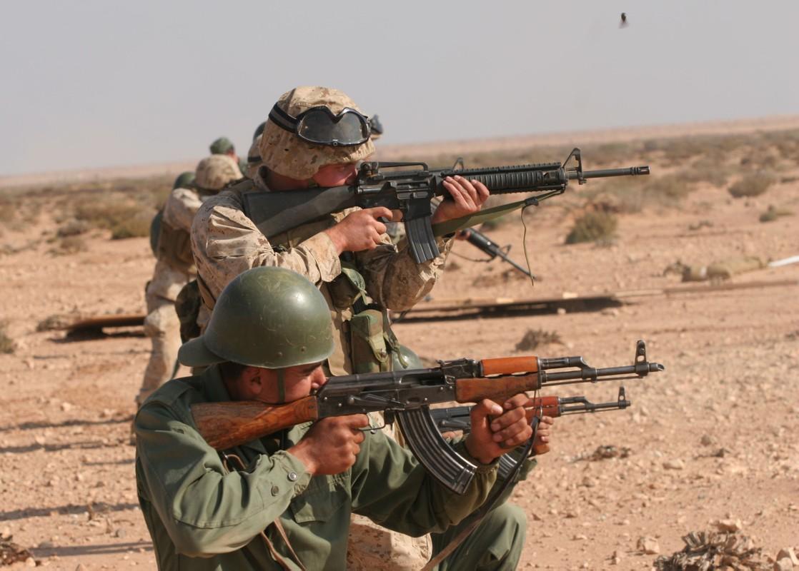 Cuoc gap go day duyen no giua cha de AK-47 va cha de M-16-Hinh-10