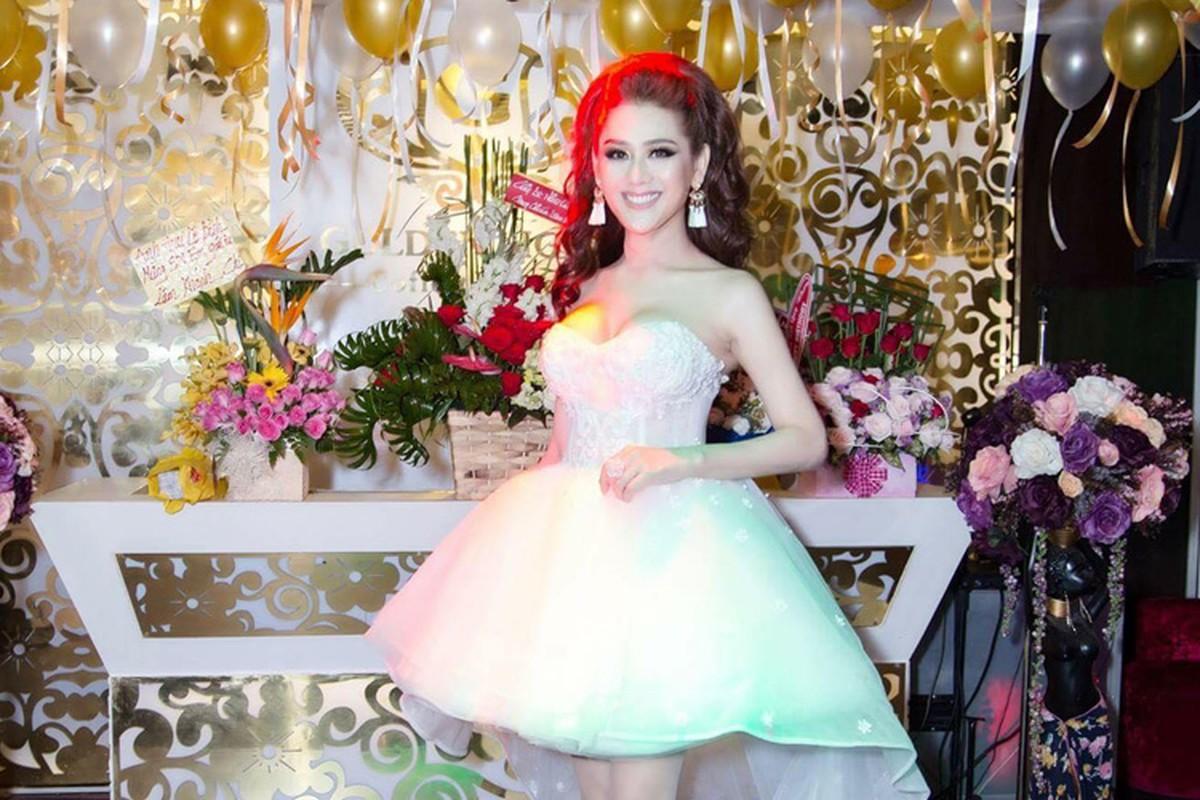 Lam Chi Khanh vui ve don sinh nhat sau lum xum