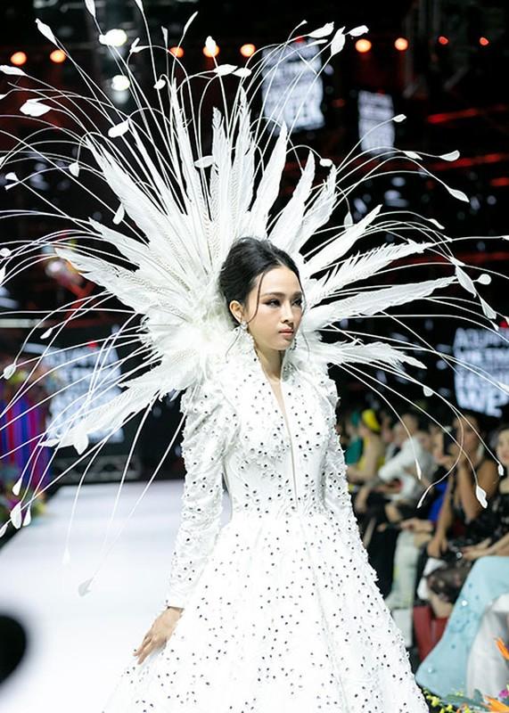 Truong Ho Phuong Nga phan ung ra sao truoc on ao catwalk?-Hinh-2