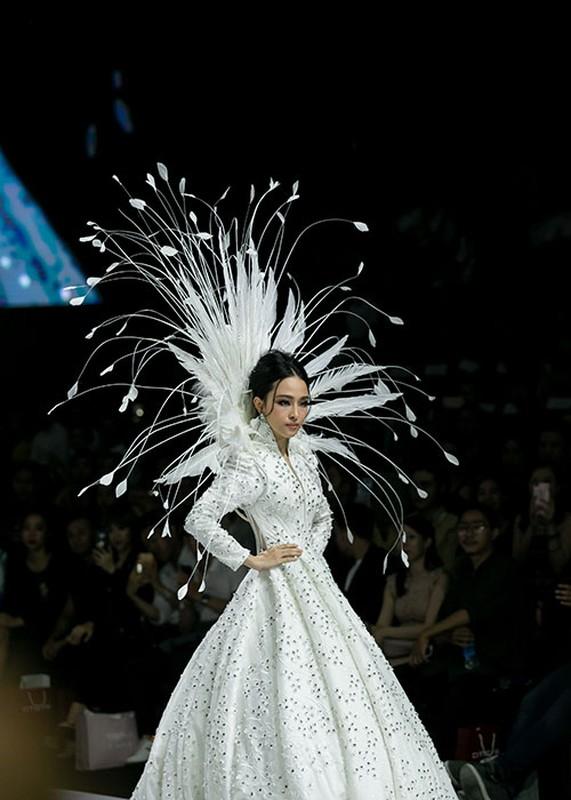 Truong Ho Phuong Nga phan ung ra sao truoc on ao catwalk?