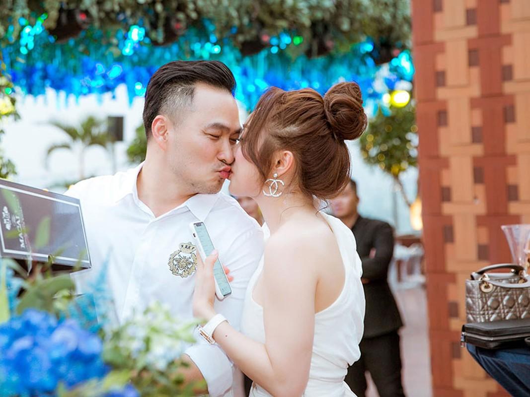 Loat anh tinh tu cua Chi Bao ben vo 3 kem 16 tuoi-Hinh-2