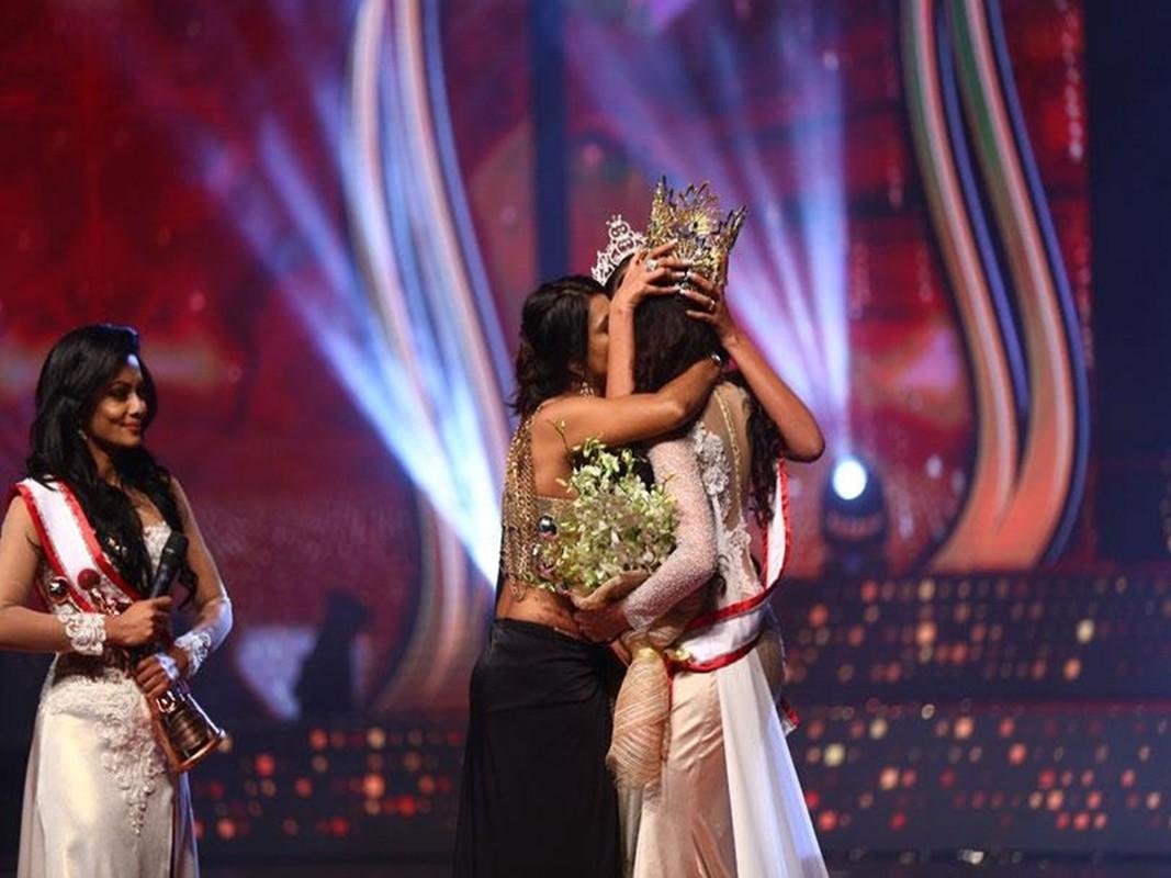 Bi giat vuong mien khi dang quang, Hoa hau Sri Lanka doa kien-Hinh-7
