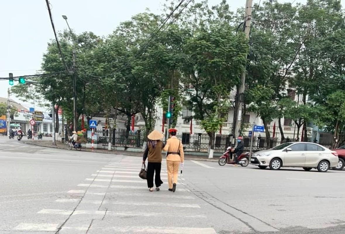 Nu CSGT Hai Duong xinh dep xuong duong, dan chap hanh nghiem-Hinh-8