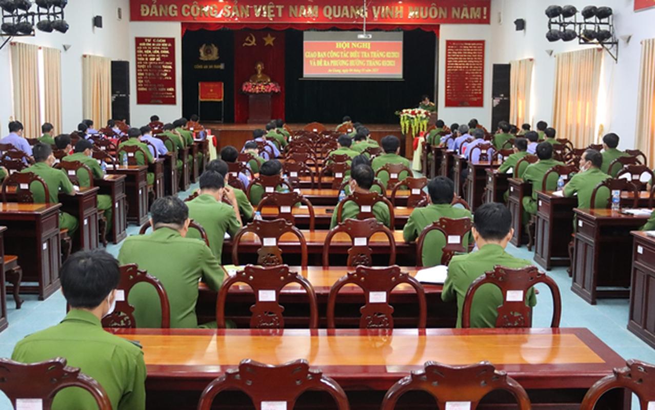 """Khoi to 3 bi can lua dao """"chay dieu chuyen"""" Giam doc Cong an An Giang-Hinh-10"""