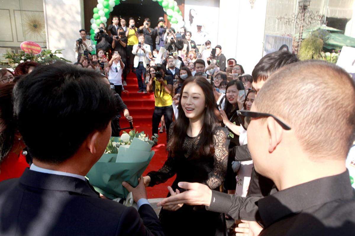 Kim Tae Hee duoc dua don bang xe sang, fan vay kin o HN-Hinh-3