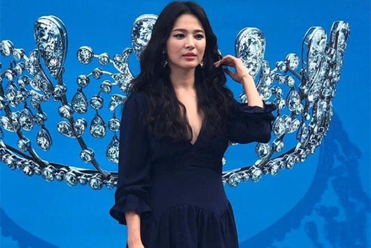 "Hau ly hon, Song Hye Kyo ""dot mat"" nguoi nhin boi phong cach thoi trang goi cam-Hinh-4"