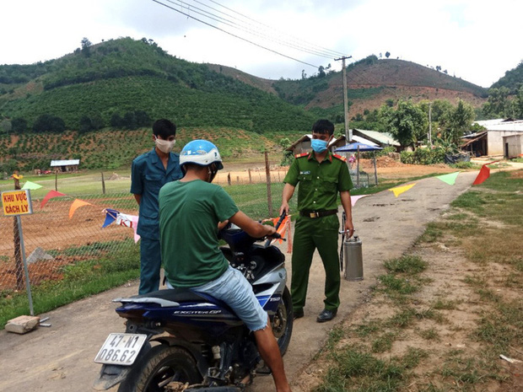 "Ben trong khu cach ly o ""o dich"" benh bach hau tai tinh Dak Nong-Hinh-3"