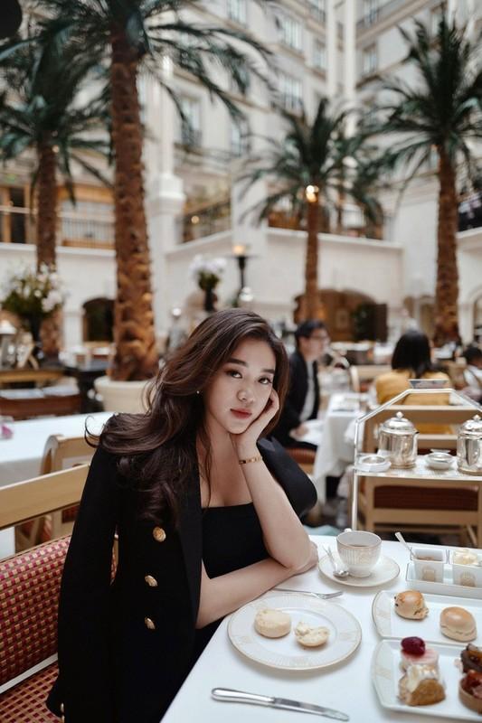 Phong cach thoi trang sanh dieu cua hot girl Lao tung hoc Ngoai thuong-Hinh-2