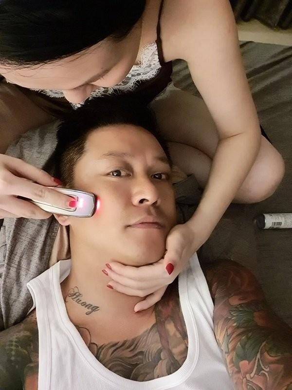Bat ngo hinh anh ba xa Tuan Hung tan tinh cham soc da cho chong-Hinh-3