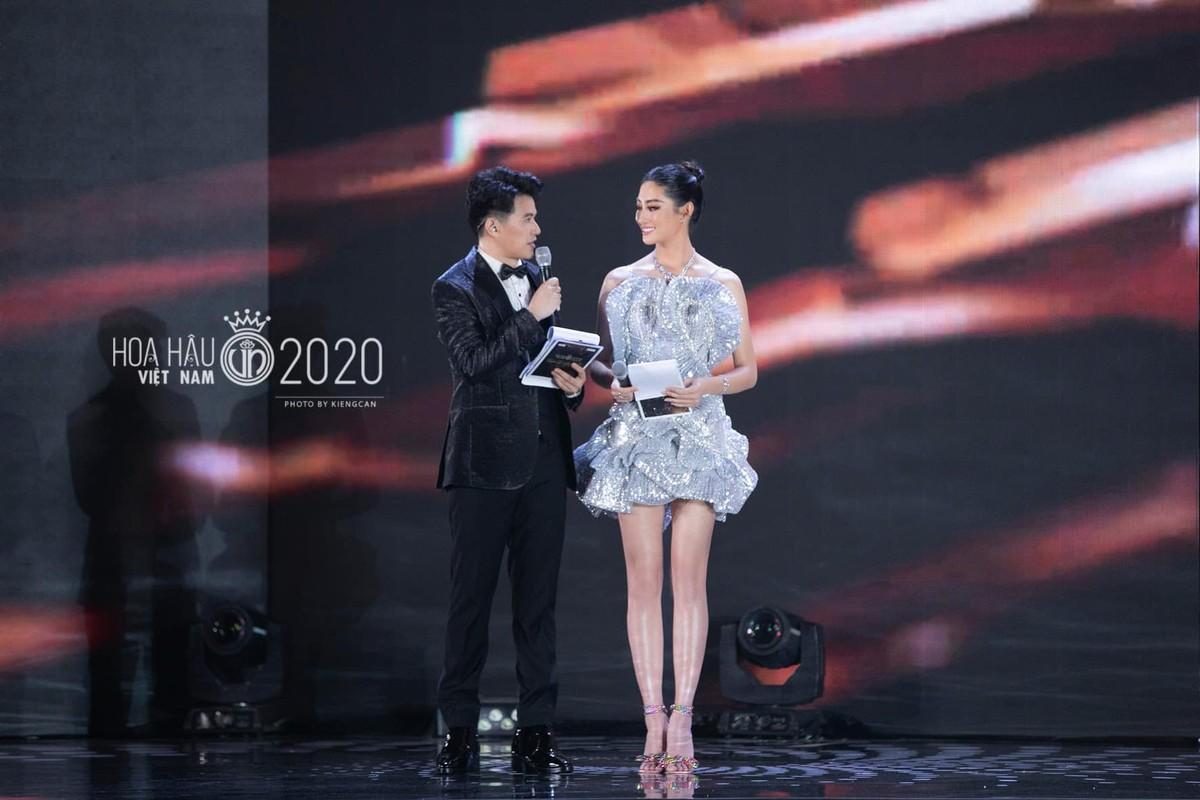 Trang phuc xe bao khoe doi chan 1m22 cua hoa hau Luong Thuy Linh-Hinh-5