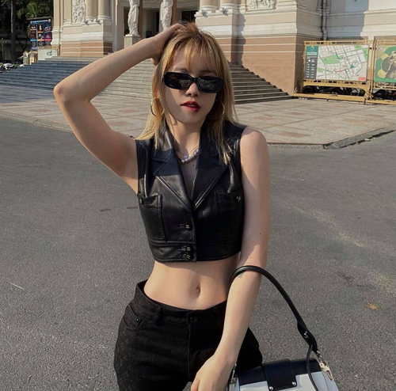 Ngam loat trang phuc khoe eo thon nong bong cua Thieu Bao Tram-Hinh-7