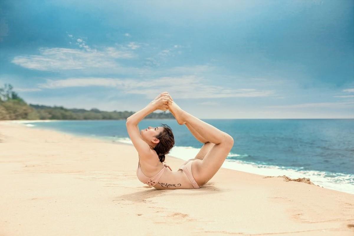 Ngam Phuong Trinh khoe duong cong goi cam voi cac tu the yoga nong bong-Hinh-2