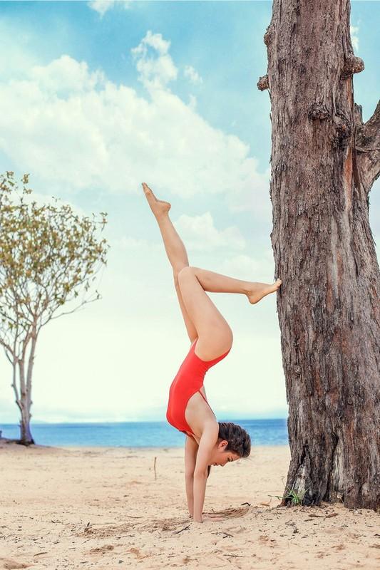 Ngam Phuong Trinh khoe duong cong goi cam voi cac tu the yoga nong bong-Hinh-7